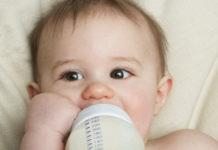 Bebé a beber biberon