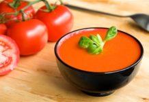 Sopa de tomate simples e aromática