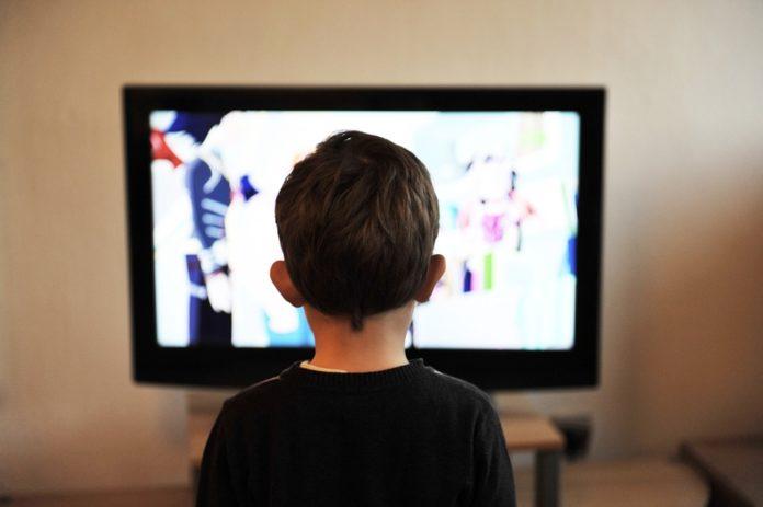 Os efeitos da violência na televisão para as crianças