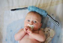 Chupeta, bebé a mamar na chucha