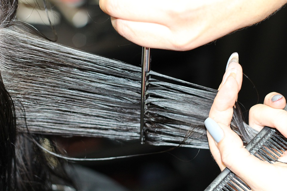 Dar um corte no cabelo