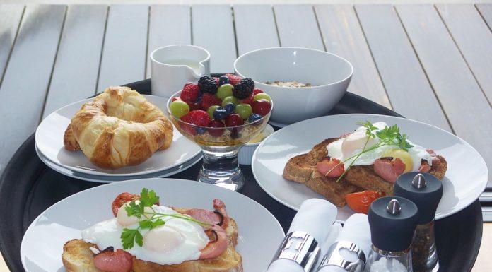 Conheça as vantagens do pequeno almoço em casa