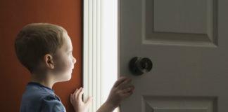 Os riscos de deixar a criança em casa sózinha
