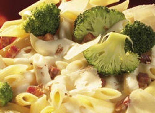 Macarrão com filetes de cavala e brócolos