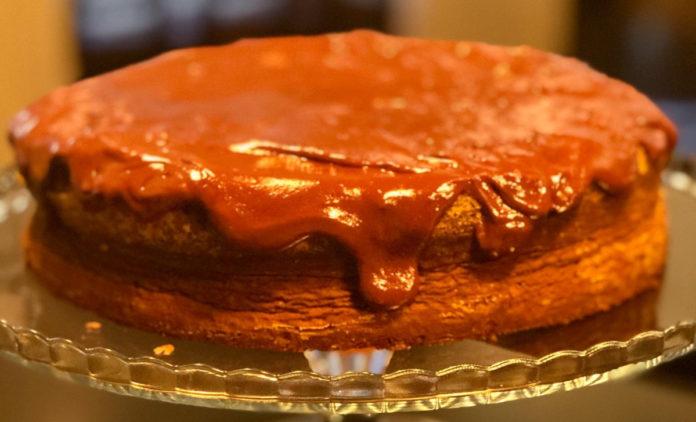 Bolo de chocolate com cobertura de chocolate negro